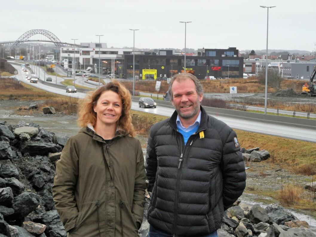 Daglig leder Montér Haugesund Tone Hagland Skarstein og regionsdirektør Optimera Ole-Jørgen Moe gleder seg til å kunne ønske kunder velkommen til et større Montér byggevarehus innen et år. (Foto: Optimera)