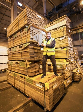 Salgsdirektør Tom Skaara viser frem tre av årets Accoya Terrasse-modeller, omgitt av godt Accoya-råstoff på lager i Larvik. (Foto: Fritzøe Engros)