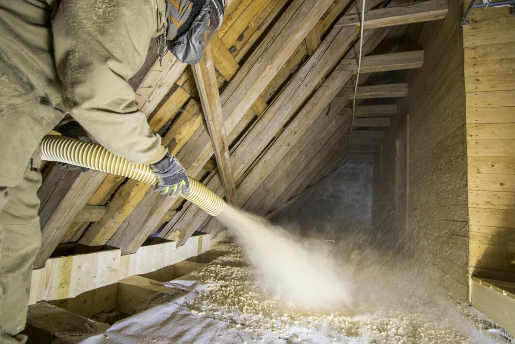 Trefiberisolasjon på et kirkeloft. Isolasjonen blåses og danner et 30 cm tykt teppe. (Foto: Hunton)