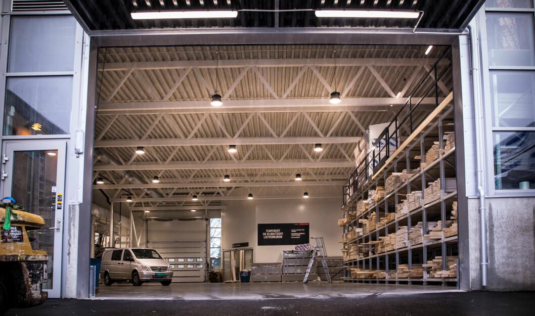 Det nye bygget har drive-through, slik at kunder kan kjøre direkte inn i lageret og plukke de varene de trenger i et tørt og behagelig klima. (Foto: Optimera)