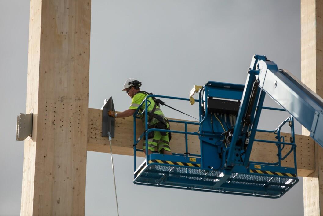 Monteringen av Mjøstårnet er en komplisert og utfordrende affære. (Foto: Bjørk Ellingsbø/Anti)