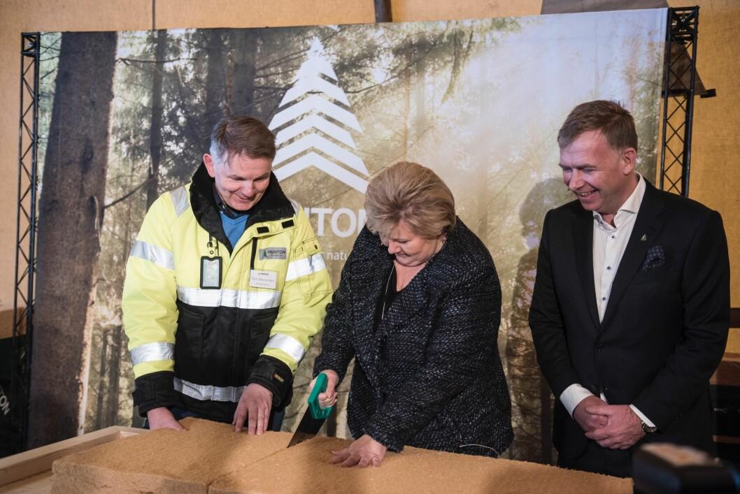 Fabrikksjef Tom Wasenden, statsminister Erna Solberg og administrerende direktør og hovedeier i Hunton, Arne JebsenArne Jebsen, sto for åpningen av den nye fabrikken. (Foto: Hunton)