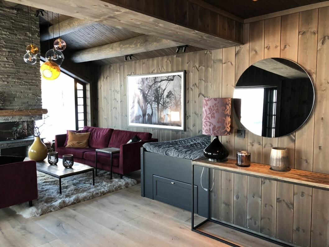 I denne stuen er det brukt glattpanel beiset i Vyrk sin egen beisefarge, Spåtind. Lik farge er benyttet både på vegg og tak for en lun og gjennomført stil. (Foto: Vyrk)