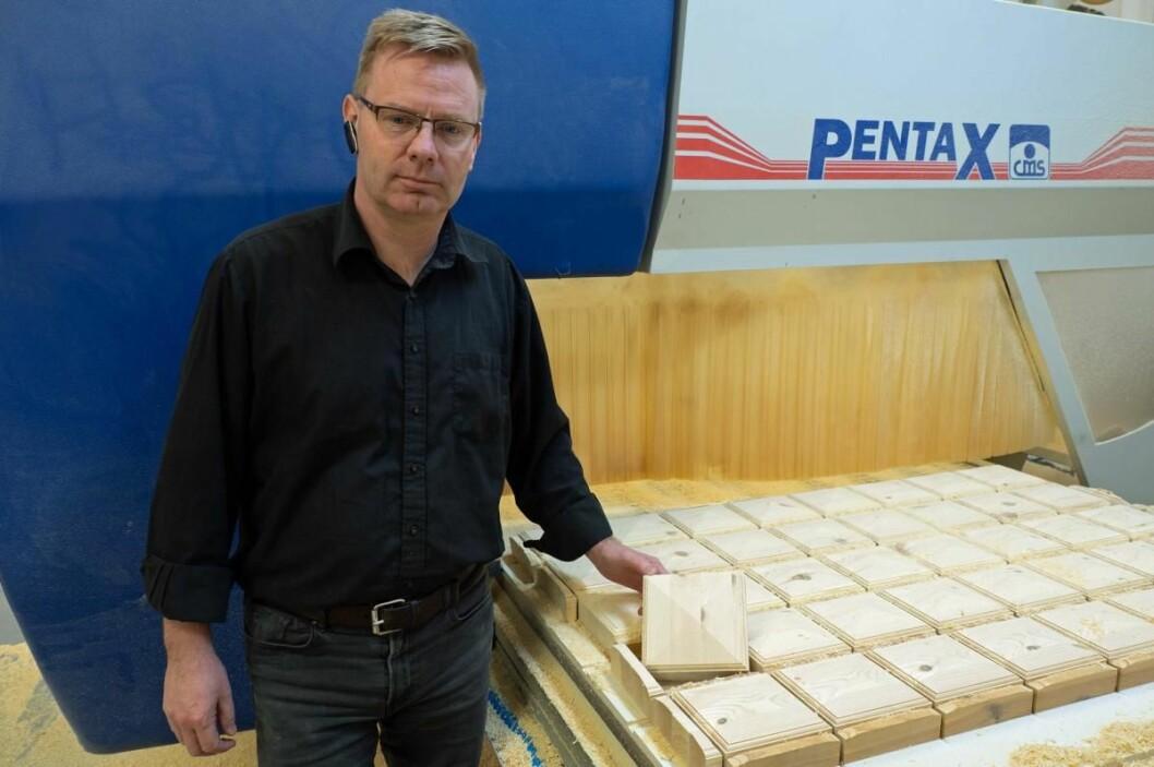 Dan Langhoff arbeider for å finne nye produkter som Sjølingstad Snekkerverksted kan leve videre på. (Foto: Georg Mathisen)