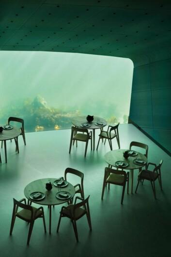Hamran Snekkerverksted skapte en egen møbelkolleksjon for restaurant Under. (Foto: Inger Marie Grini)
