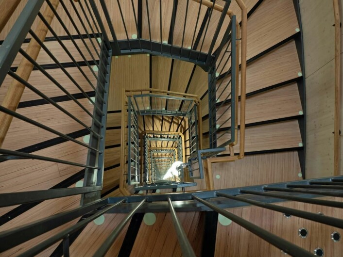Slik ser 18 etasjer tretrapp ut fra toppen. (Foto: Georg Mathisen)