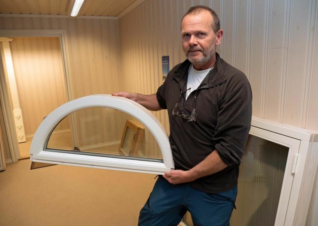 Buede vinduer er blant spesialitetene til Trond Samuelsen og kollegene på Troll Trevarefabrikk. (Foto: Georg Mathisen)