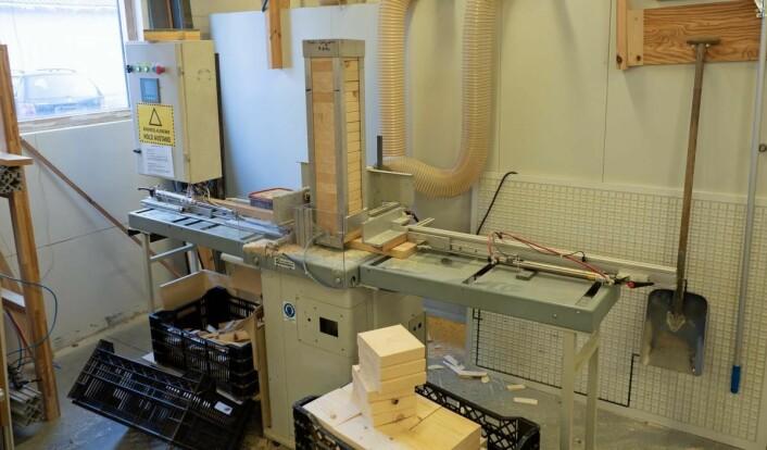 Spesialmaskinene, som denne, har Sjølingstad Snekkerverksted bygd selv, mens resten av produksjonen skjer på standardmaskiner. (Foto: Georg Mathisen)
