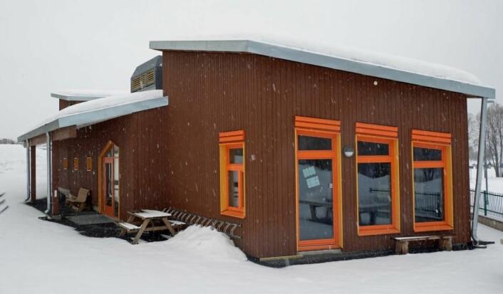 Bedre arbeidsforhold uten snø, vind og regn når mer av jobben gjøres på fabrikken. Timbeco har levert elementene til Steinerskolen på Gjøvik.