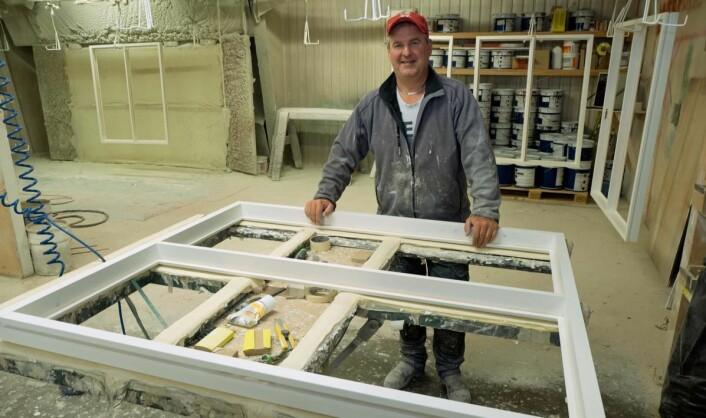 Glenn Fossum pusser, maler og er medeier. (Foto: Georg Mathisen)