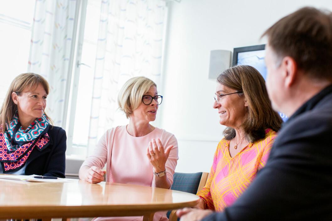 Fra venstre: Kristina Sundin Jonsson, kommunalsjef i Skellefteå, Birgitta Bergvall-Kåreborn, rektor ved Luleå tekniska universitet, Carina Håkansson, daglig leder Skogsindustrierna, og Lorents Burman, kommunalråd i Skellefteå. (Foto: Patrick Degerman)