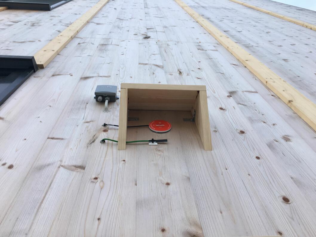 Den røde flukssensoren måler varme-gjennomstrømming. Den svarte sensoren måler temperaturdifferanse over veggen, og den grå måler lufttemperatur og relativ fuktighet. (Foto: Marcus Olsson, Treteknisk)