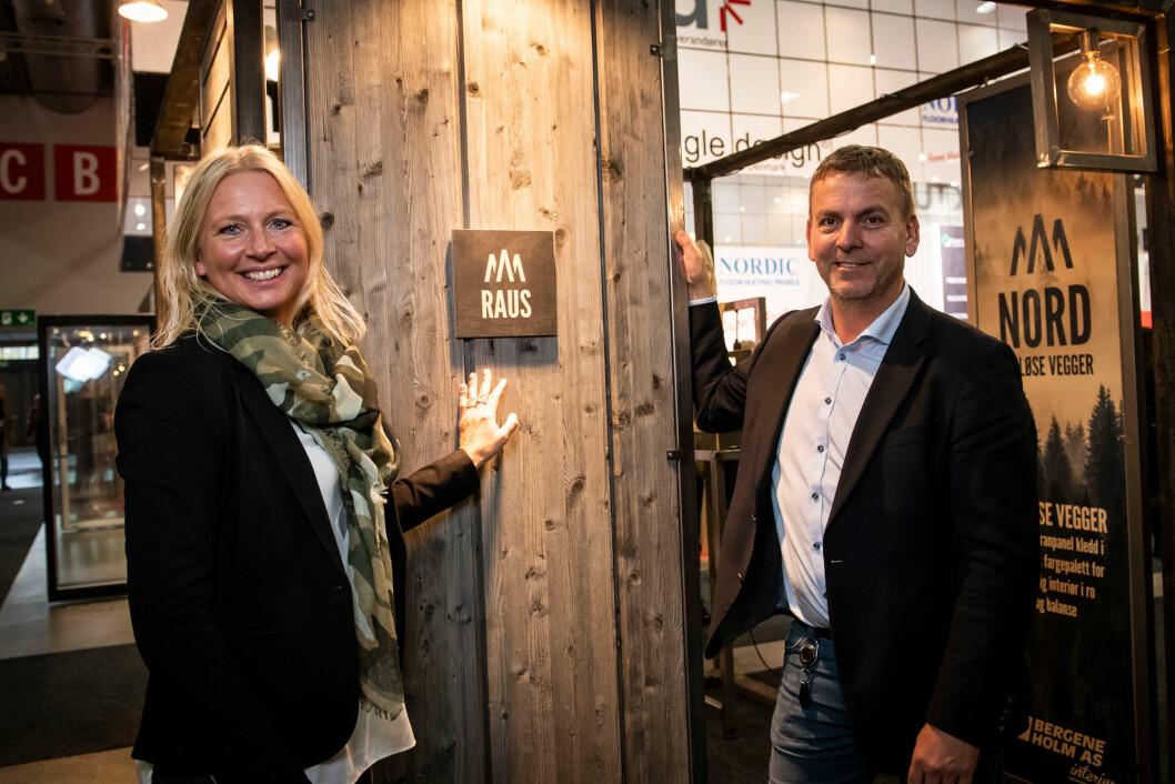 Mona Gran Sukke hos Bergene Holm kunne for første gang vise frem den nye «Nord Raus». Fredrik Jacobsen fra Maxbo er en av produsentene som har satset på Bergene Holms produkter i sine Maxbo-hytter. (Foto: Katrine Lunke)