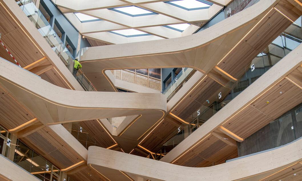 Over atriet er det et glasstak, og treet i interiøret har møbelkvalitet, håndpusset på fabrikk. (Foto: Jan Inge Haga)
