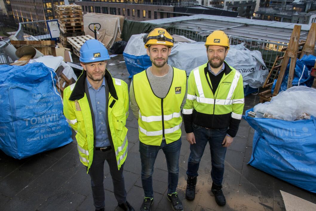 F.v: Sondre Opheim, regionsdirektør Øst i Optimera, Joakim Bøhn, prosjektleder i AF Byggfornyelse, og Audun Tharaldsen, logistikksjef i Optimera på riggplassen 25 meter over bakkenivå. (Foto: Optimera)
