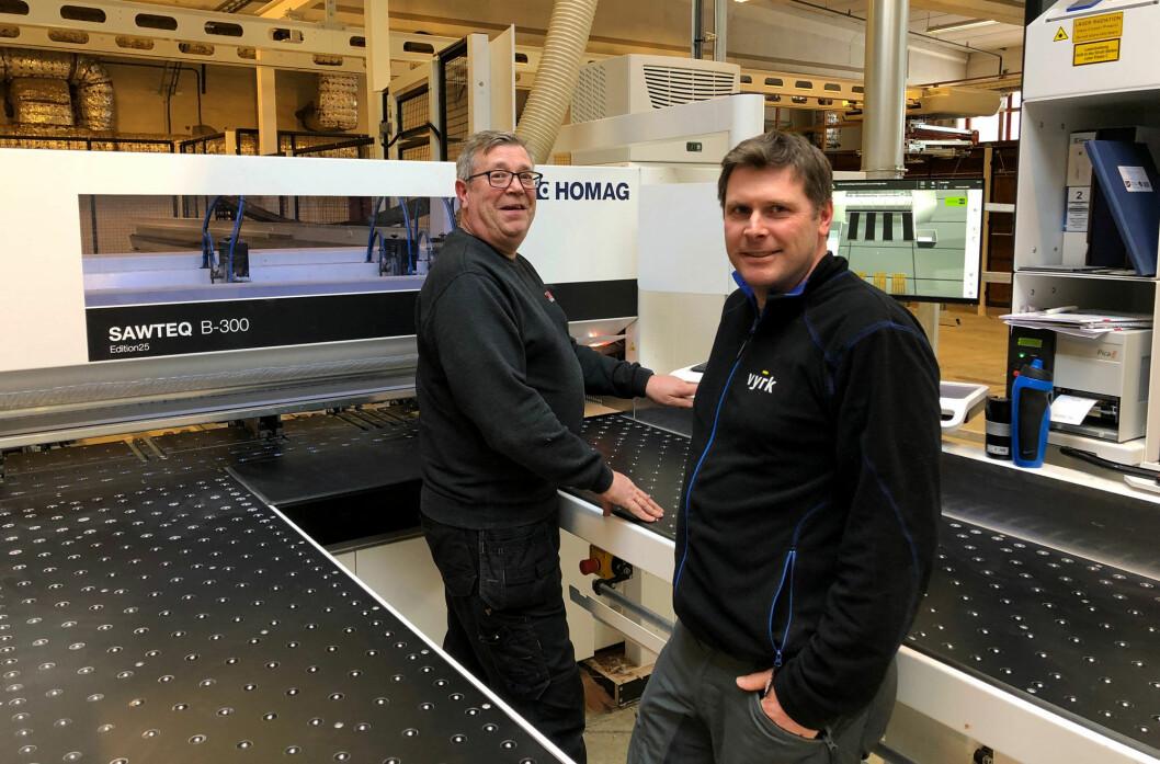 Per Ola Solberg (t.v.) og daglig leder i Vyrk, Steinar Lyseng foran den nye investeringen i Trysil; en platesag som tar for seg alt av formatering av plater. (Foto: Vyrk)