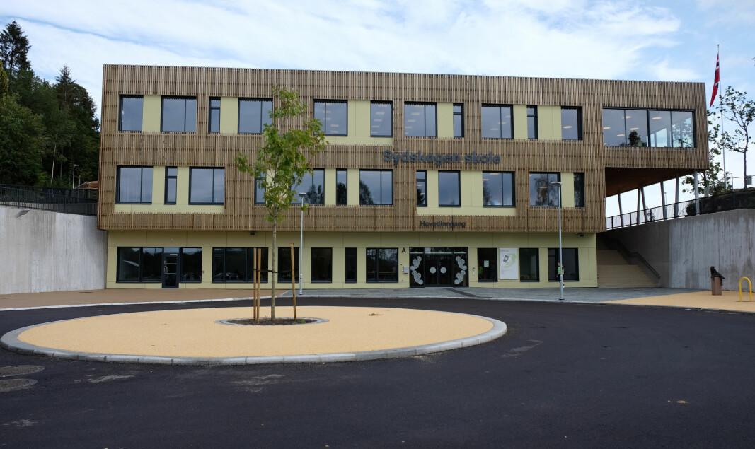 Sydskogen skole ble Norges første svanemerkede skole. Skolen har passivhusstandard og er, med untak av underetasjen, bygget i massivtre.