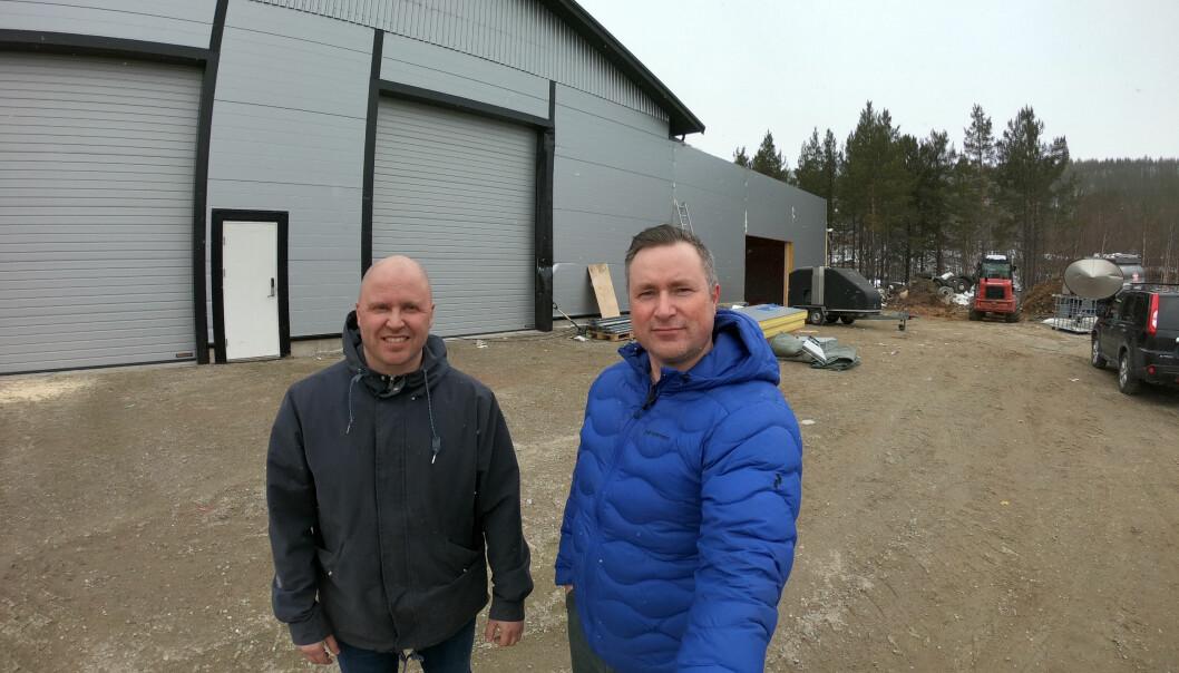 F.v. Pål Even Thomassen og Jørgen Johansen foran nye Montér Karasjok om etter planen åpner i juli.