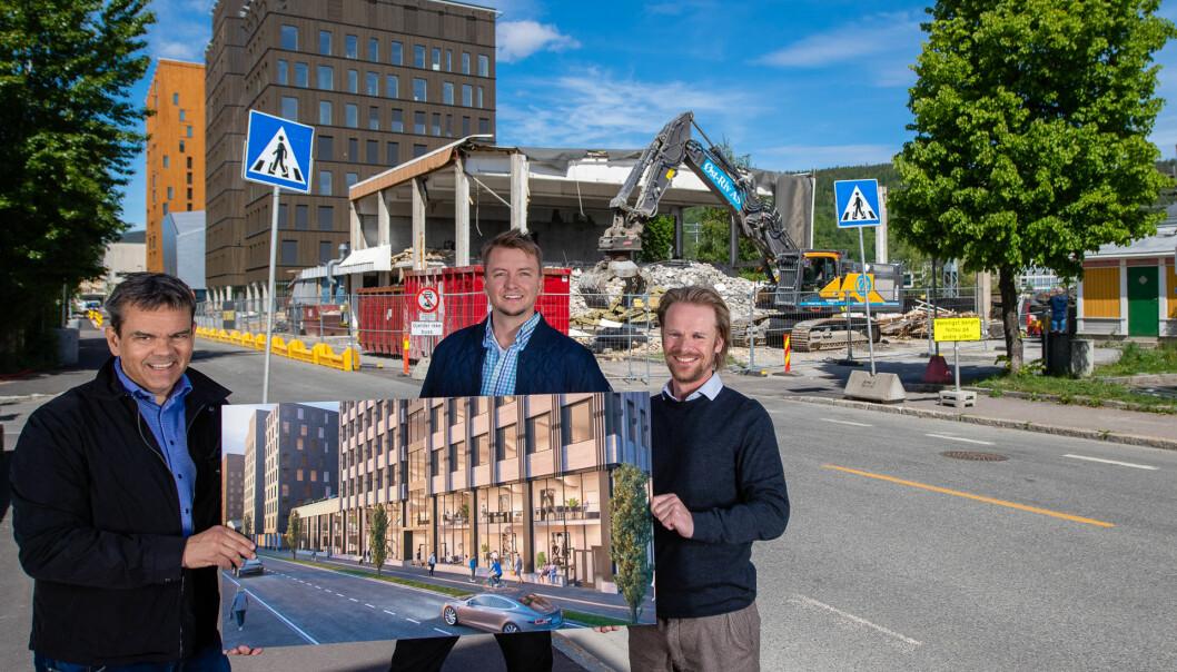 Her kommer Norges tredje høyeste bygg i rent tre, et kontorbygg med BREEAM Outstanding standard, fastslår administrerende direktør i Vestaksen Eiendom, Stene Tømmeraas Bergsløkken (f.v.), prosjektsjef Kristian Gjestemoen i Betonmast Buskerud-Vestfold og daglig leder i Betonmast Buskerud-Vestfold, Eskil Thorkildsen.