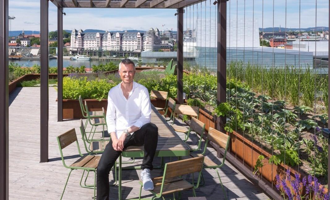 – Design- og arkitekturfagene kan bidra i omstillingen til et mer bærekraftig samfunn, sier Tor Inge Hjemdal i DOGA, her sittende på utemøbler fra Vestre.