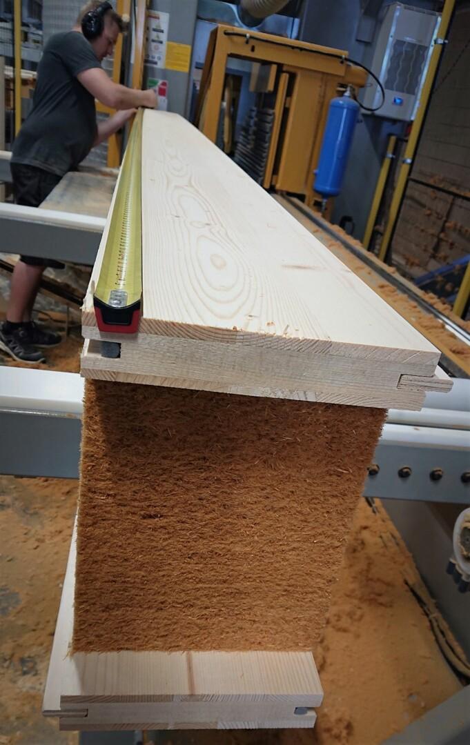 : Stadig flere etterspør det unike byggesystemet Tewo. Her kontrollmåles et element etter bearbeiding i CNC-sag ved elementlinjen som åpnet i fjor høst. Nå kan kundene sikre prioritert levering ved å booke produksjonstid ved fabrikken.