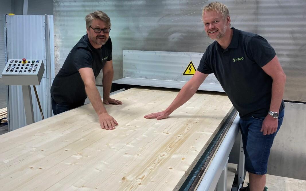Fabrikksjef Peter Lilja (t.v.) og daglig leder Erland Lundby (t.h.) inspiserer de første platene fra den nye massivtreplatelinjen som ble montert i mai ved fabrikken i Hurdal.