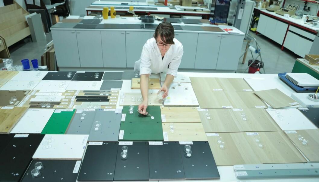 På laboratoriet i Italia tester Catas hvordan overflatene tåler moderne korona-skrubbing.