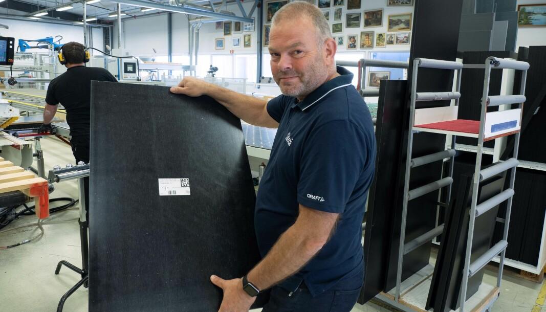 QR-koder og piler sørger for at alt går riktig gjennom produksjonen, viser Bengt Amundsen.