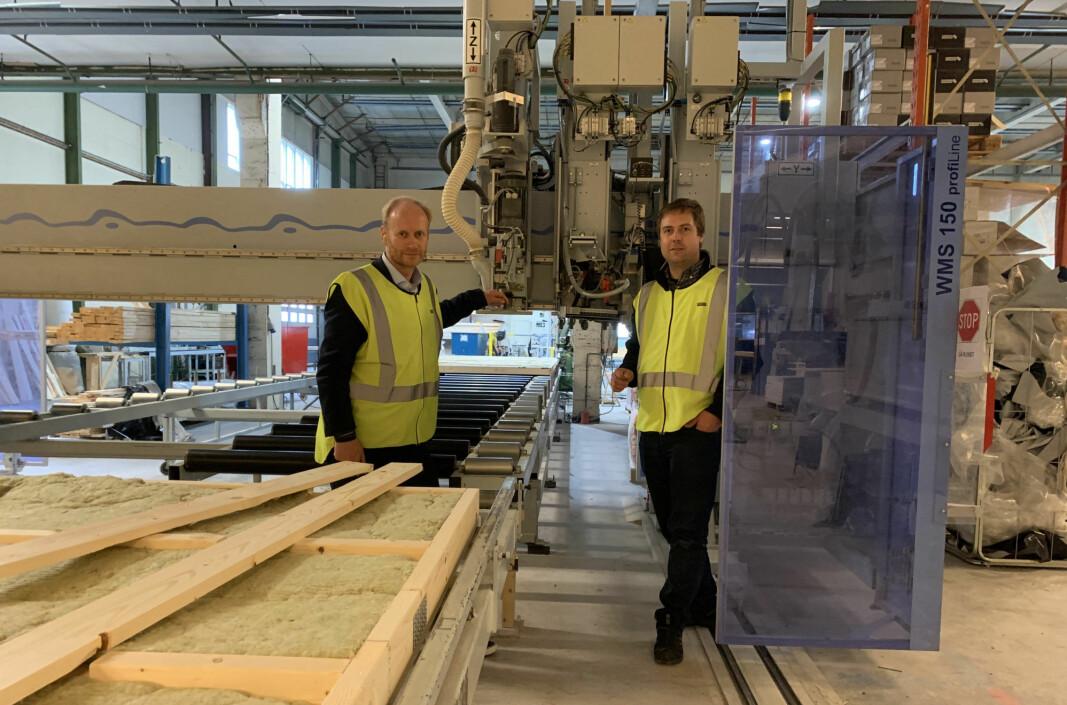 Direktør Rune Johnsen og teknisk sjef Per Gunnar Nordløkken ser nå at investeringene siste tiåret kan gi Støren Treindustri ytterligere fortrinn når et nytt treårig prosjekt for å utvikle konsepter for åtte etasjers bindingsverksbygg, settes i gang. Her foran «en svært avansert hammer».