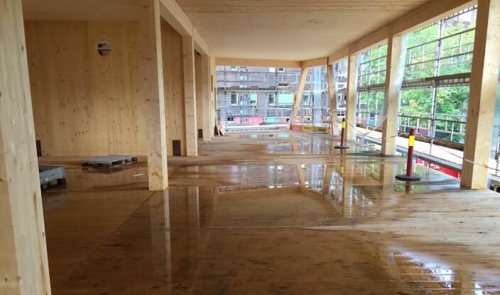 Å bygge med massivtre i regnvær