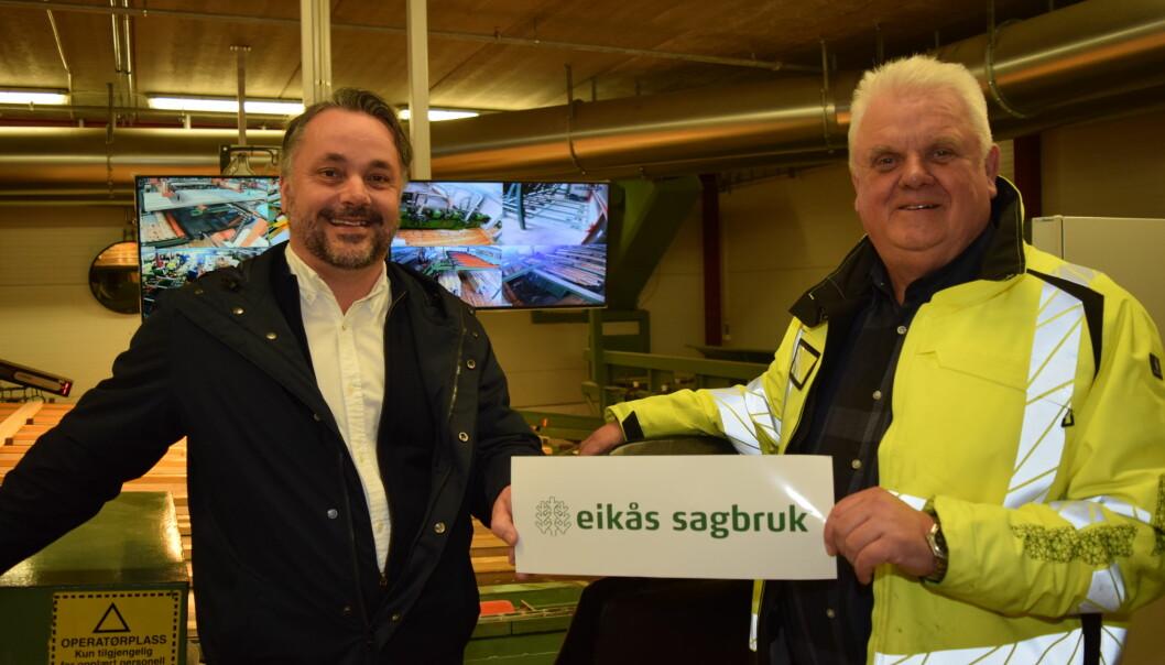 Fra venstre: Anders R. Øynes, administrerende direktør i AT Skog, og John Anker Telhaug, daglig leder i Eikås sagbruk