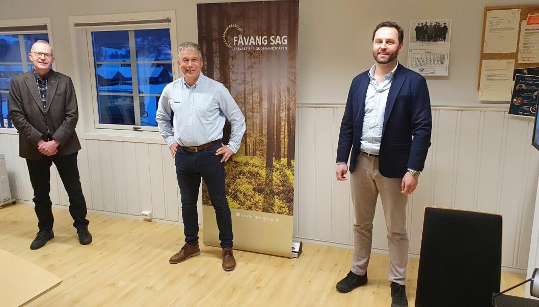 Fra venstre: Jørn Nørstelien, administrerende direktør i Gausdal Bruvoll, Rune Voldsrud, daglig leder i Fåvang Sag og Einar Smidesang, tidligere eier av Fåvang Sag.