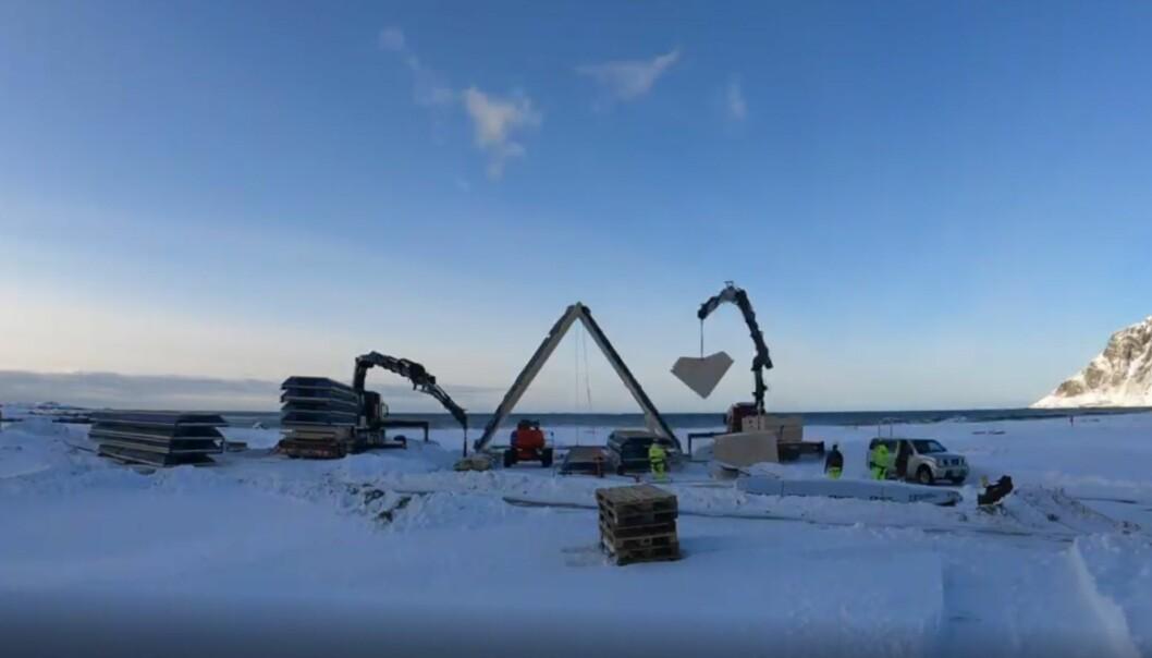 Elementene heises trygt og raskt på plass på den ferdige ringmuren mot svillene og festes mot hverandre i toppen.