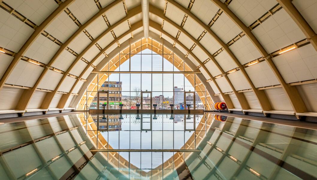 Økern bad er et sjeldent eksempel på midlertidighet kombinert med god design. Limtre har sin styrke i buer, og har gitt en særpreget form til det store, åpne hallrommet. Det er over ti meter høyt under taket.