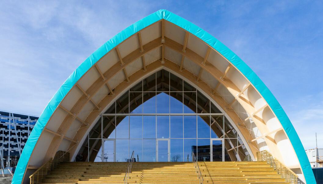 Det blågrønne taket og veggene gir assosiasjoner til svømmebasseng. Sammen med de store vindusflatene og det sydvendte amfiet fremstår bygget med sterk identitet.