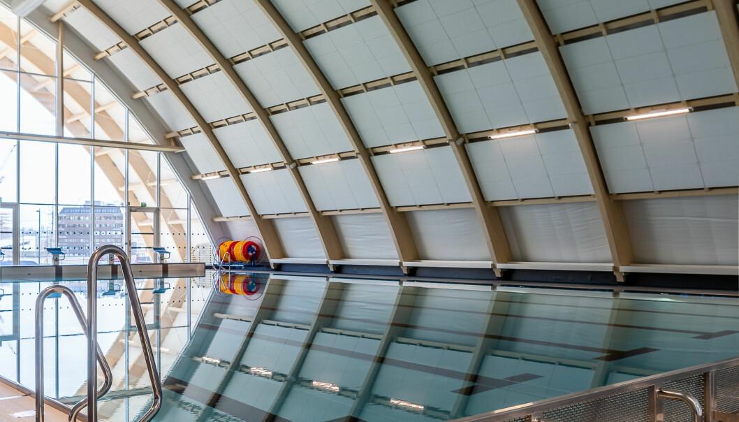 """<span class=""""font-weight-bold"""" data-lab-font_weight_desktop=""""font-weight-bold"""">Idrett og svømmeopplæring: </span>Stålbassenget er på 12,5 x 25 meter, og har skrå bunn med varierende dybde opp til 1,6 meter. Økern bad er primært planlagt for organisert idrett og svømmeopplæring."""