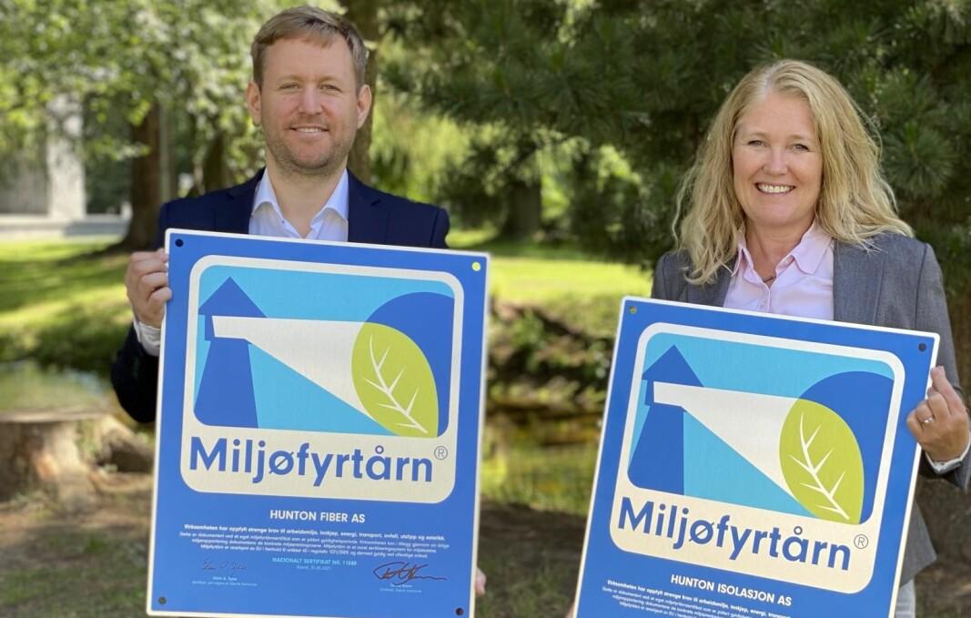 Miljørådgiver Frode Pålsrud og HMS- og kvalitetssjef Vera Sjørli Hestnes med Miljøfyrtårn-sertifikatene.