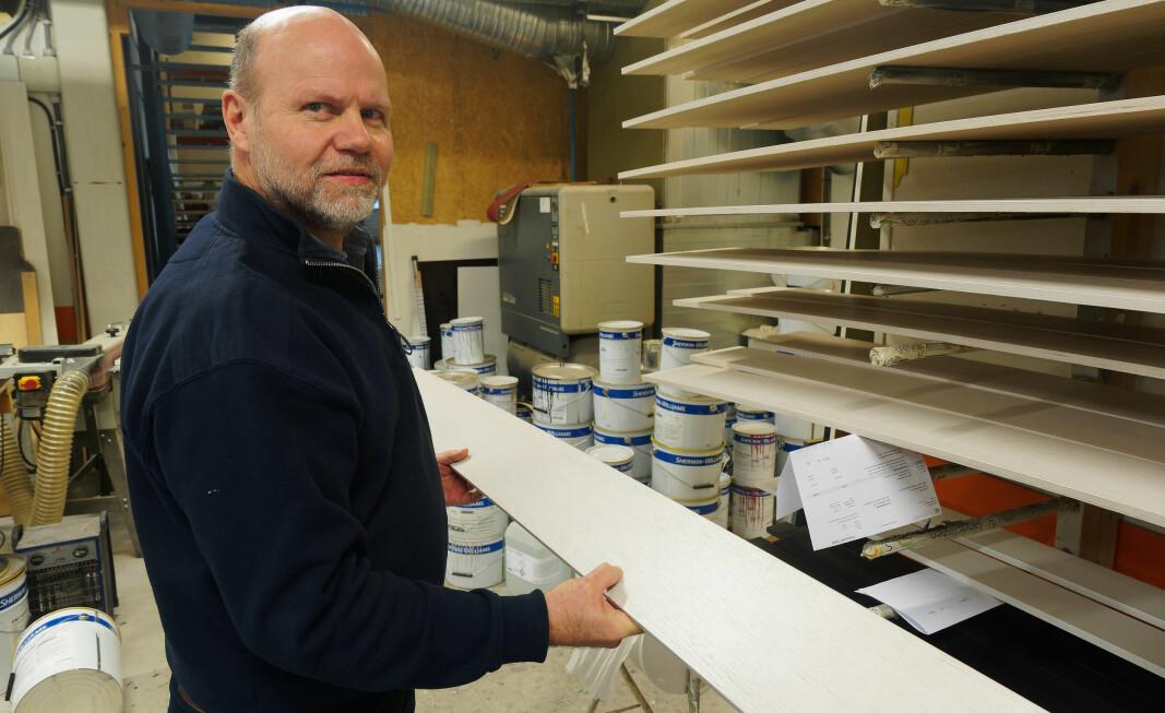 Fra en hel plate går inn i produksjonen til den kommer ut som ferdige lister med tre strøk maling, tar det 42 minutter, forteller Kjetil Thoresen.