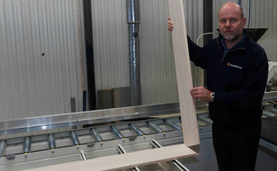 Med nyutviklet og spesialdesignet maskin kommer lister og fôringer ut ferdige til å klikkes sammen, viser Thoresen.